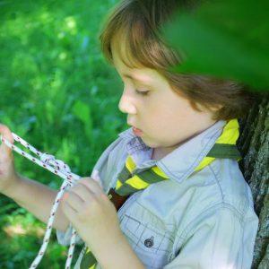 nodi e legature scout nel bosco